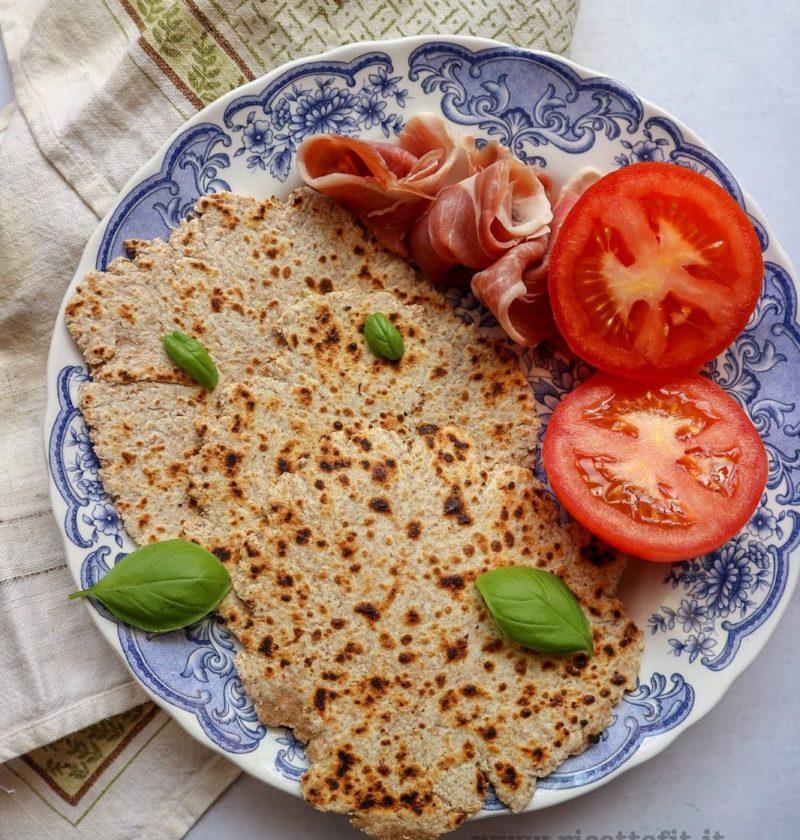 Pane piadina integrale in padella senza sale lievito con yogurt o formaggio spalmabile