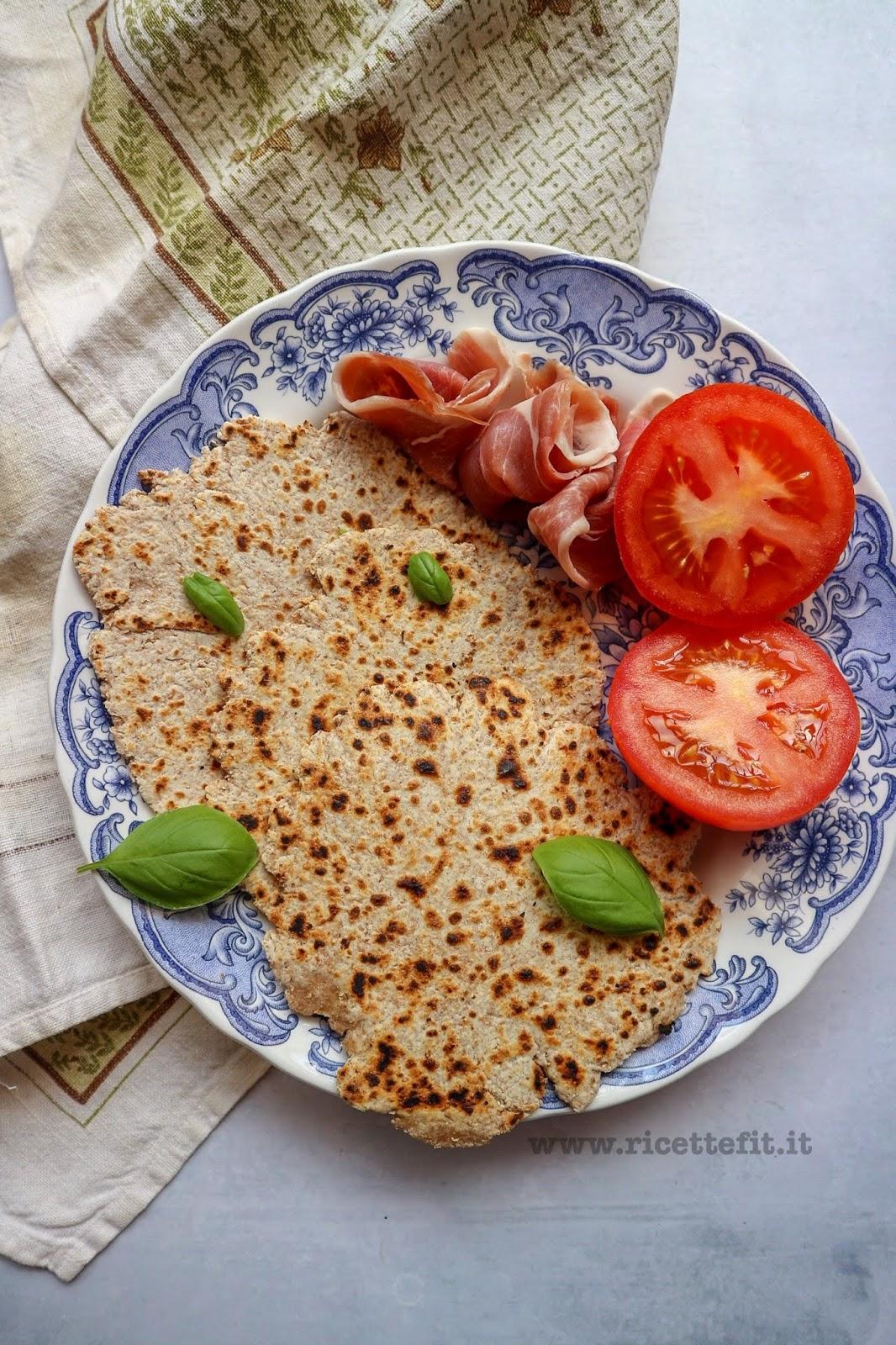Ricetta Piadina Light Senza Lievito.Ricette Fit Per Pane Integrale In Padella Con 2 Ingredienti Senza Lievito 120 Kcal Easy Pan Cooked Flatbread La Vie Est Fit