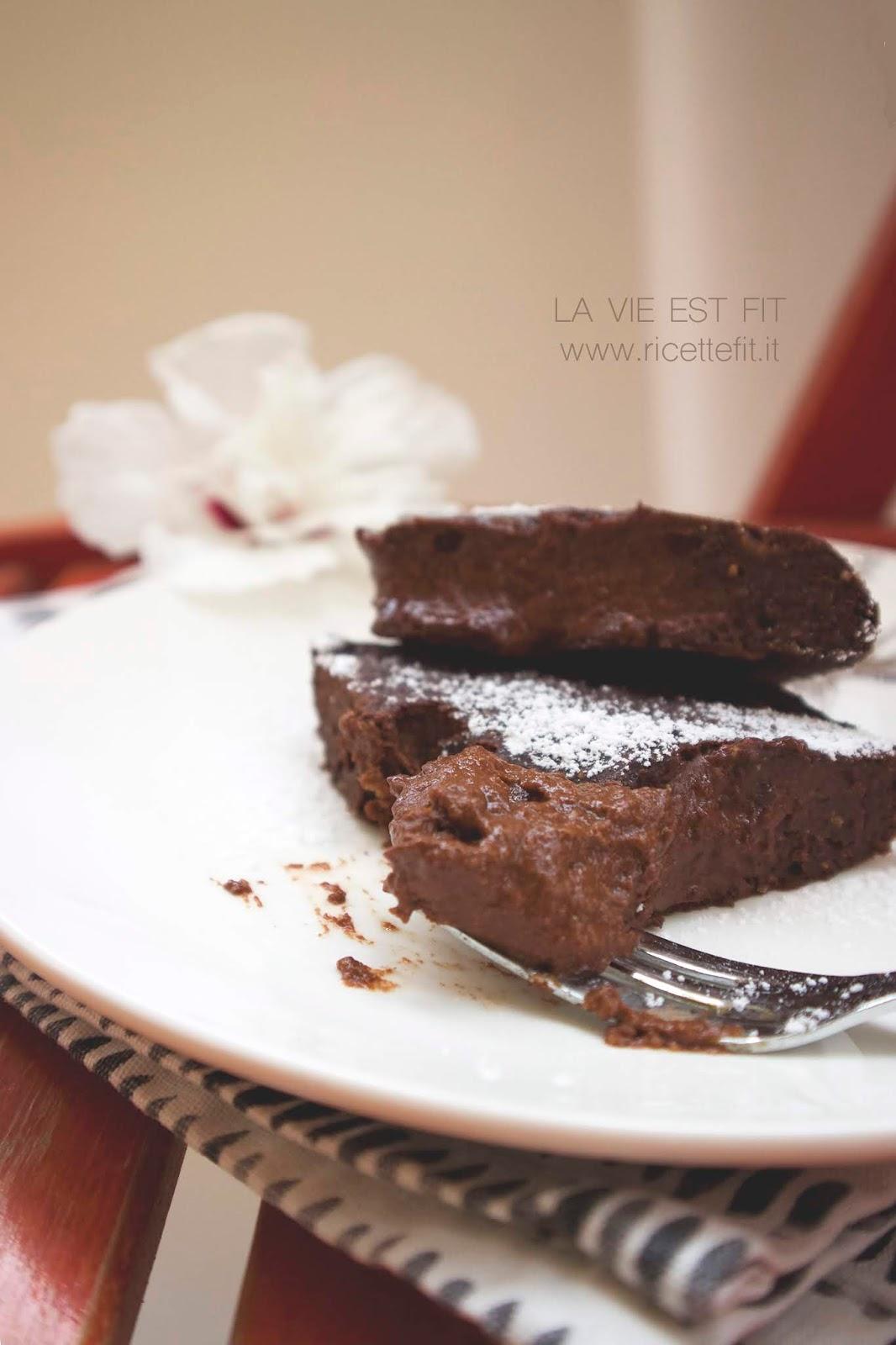 Torta tenerina light e vegan senza zuccheri e grassi al cioccolato di LA VIE EST FIT