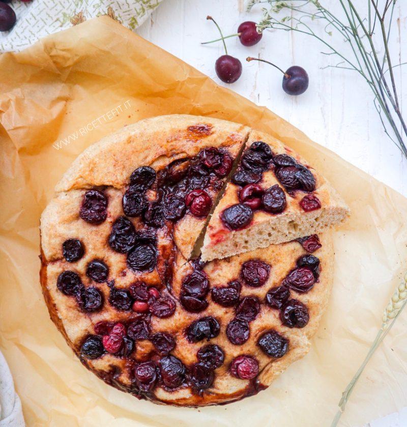 Focaccia dolce con impasto indiretto light e vegan ciliegie di LA VIE EST FIT