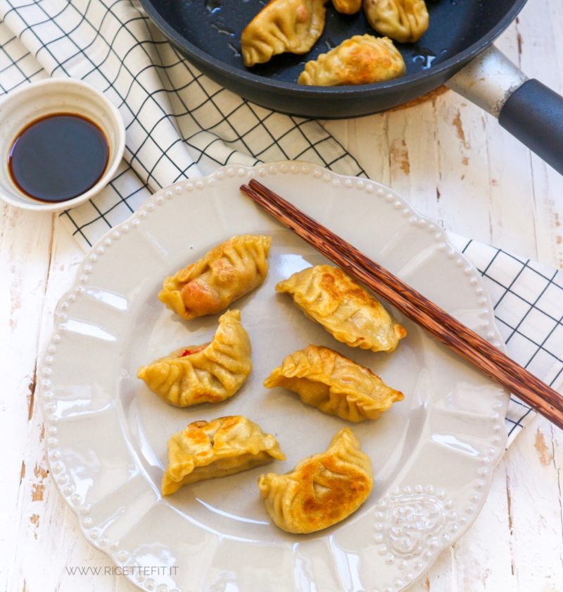 Gyoza ravioli giapponesi grigliati e al vapore vegan senza carne e light di LA VIE EST FIT